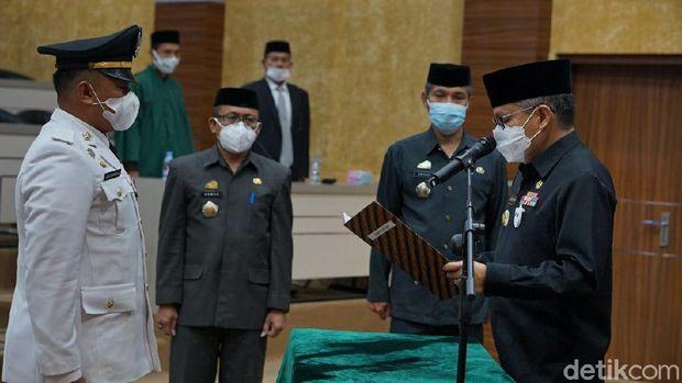 Wali Kota Parepare Taufan Pawe melantik Camat Ujung yang baru Ardiansyah Arifuddin, menggantikan Ulfa Lanto yang viral menggebrak meja dan memaki PKL (Hasrul-detikcom).