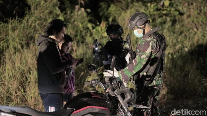 Pasukan Yonif 407/Padma Kusuma yang bertugas diperbatasan menggelar aksi sweeping rutin di jalan lintas kalimantan poros utara, dekat PLBN Badau guna menjaga stabilitas.