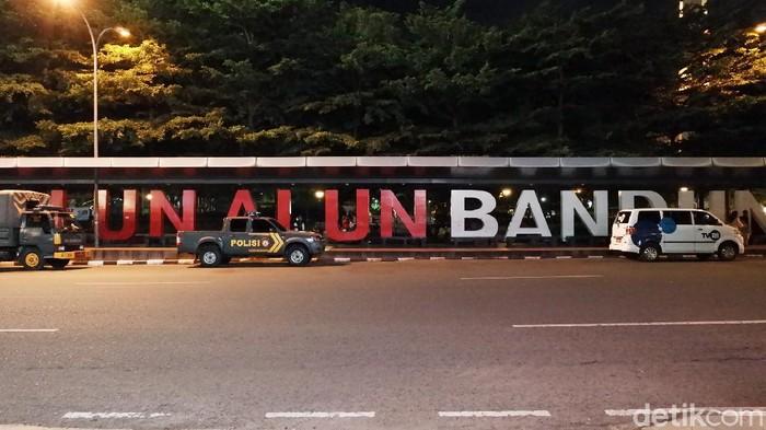 Ada suasana berbeda di Alun-alun Kota Bandung saat menjelang malam pergantian tahun baru 2021. Ini foto-fotonya.