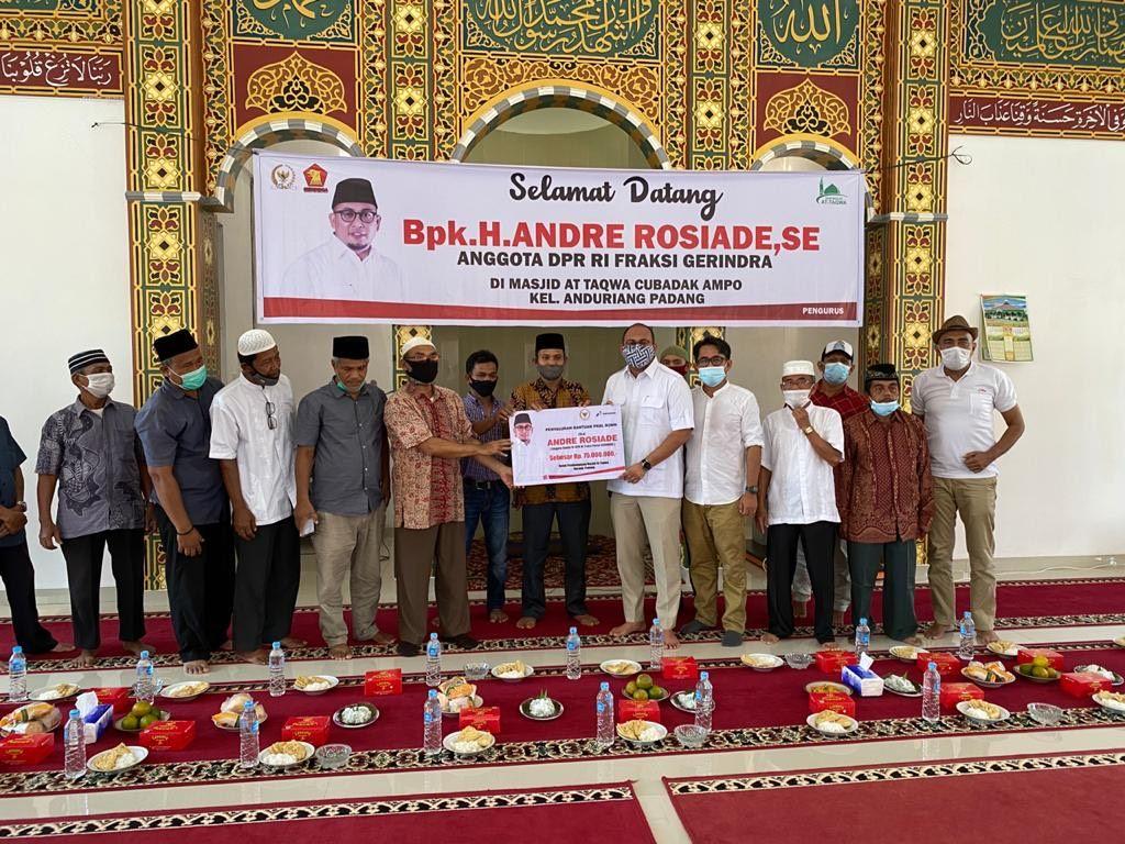 Anggota DPR RI asal Sumatera Barat (Sumbar) Andre Rosiade memanfaatkan masa reses akhir tahun untuk memberikan bantuan kepada warga di daerah pemilihan