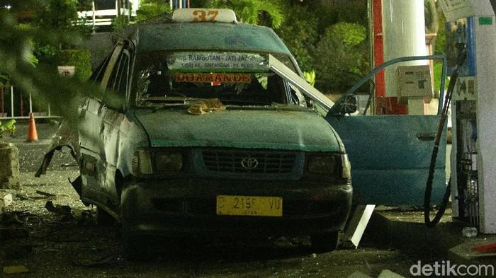 Sebuah mobil angkot terlihat rusak di SPBU Margonda, Depok, Rabu (30/12/2020). Angkot tersebut rusak akibat ledakan yang terjadi di lokasi tersebut.