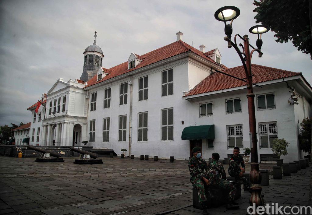 Pengamanan jelang pergantian tahun juga dilkaukan di kawasan Museum Fathillah Kota Tua, Jakarta. Sejumlah personel gabungan melakukan apel.