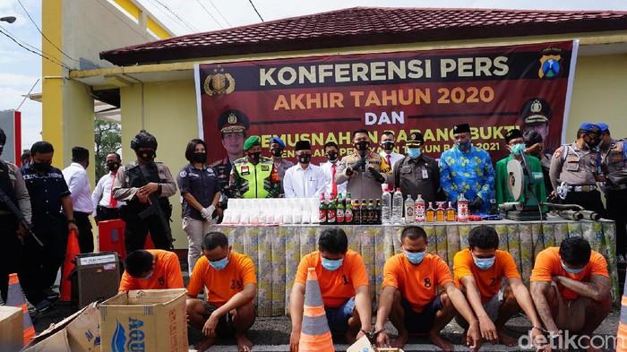 Polisi Mojokerto menggerebek rumah seorang bandar pil koplo. Dari penggerebekan ini, polisi menyita 101.908 butir pil dobel l senilai Rp 305 juta.
