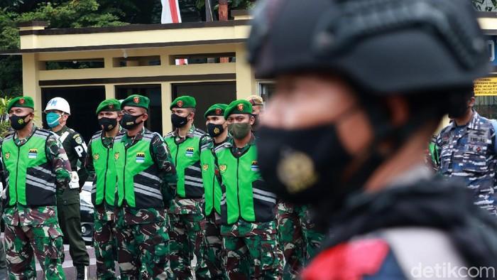 Ribuan petugas gabungan disebar di sejumlah titik Kota Bandung untuk melakukan penjagaan. Petugas gabungan ini, akan menyekat pergerakan warga.