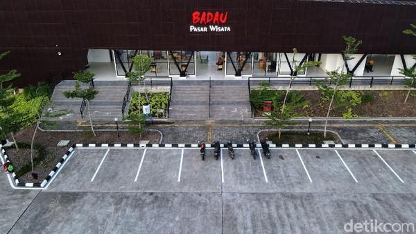 Pasar Wisata Badau ini juha merupakan tempat atau pasar transit, apabila ada warga yang ingin ke Malaysia atau sebaliknya dari Malaysia ke Indonesia.