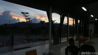 Pengelolaan pasar wisata itu langsung di bawah pihak PLBN Badau, sedangkan pemerintah daerah melalui Dinas Perdagangan Kapuas Hulu hanya membantu, seperti sosialisasi hingga menyiapkan warga yang berjualan di pasar tersebut.