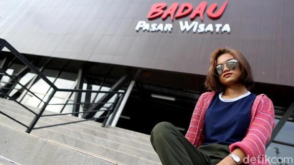 Seorang wisatawan lokal berfoto di depan Pasar Wisata Badau yang sepi akibat pandemi. Sebagai informasi, Nilai Kredit Usaha Rakyat (KUR) yang disalurkan BRI juga terus meningkat, dari Rp 7,2 miliar di akhir 2019 menjadi Rp 18,7 miliar sampai dengan November 2020.