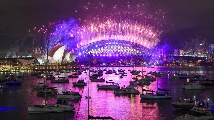 Pergantian tahun dirayakan warga Australia di Sydney. Gemerlap warna-warni kembang api terlihat sangat memukau.