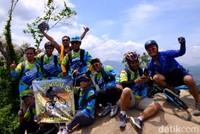 Banyak yang menuju ke lokasi dengan sengaja naik sepeda dari Bekasi/Jakarta karena jaraknya masih bisa dicapai dalam hitungan jam dengan gowes.