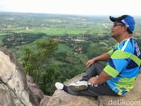 Bagi pecinta gowes, bisa membawa sepeda ke puncak gunung yang tidak terlalu tinggi itu untuk bisa foto ramai-ramai. Dari puncak batu, terdapat pemandangan bukit-bukit lain yang menjulang pendek tersembul di sela awan, layaknya di film Avatar.
