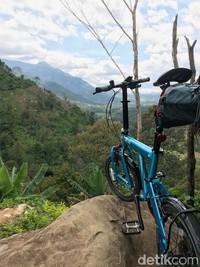 Dari puncak gunung, kita bisa melihat hamparan sawah di Bogor-Cianjur. Juga sungai yang mengalir dan membelah Bogor-Cianjur.