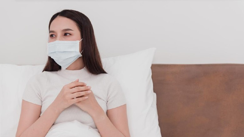 Asian woman wearing mask, sick doctor, cough, use to grasp the chest in the bedroom