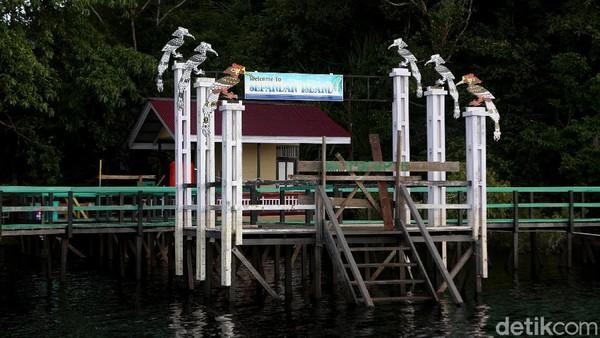 Bila ingin menuju ke Pulau Sepandan, dari kota Putussibau anda harus menuju ke kecamatan Batang Lupar dengan jarak tempuh sekitar 90 menit menggunakan akses darat.
