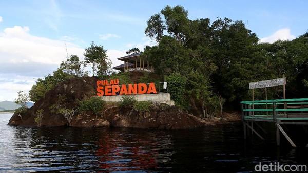 Pulau Sepandan ini letaknya berada di Desa Sepandan, Kecamatan Batang Lupar, Kabupaten Kapuas Hulu, Kalimantan Barat. Salah satu pulau kecil yang berada di Taman Nasional Danau Sentarum.