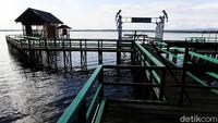Destinasi wisata ini menawarkan pemandangan yang luas akan keindahan danau yang ada di jantung pulau Kalimantan.