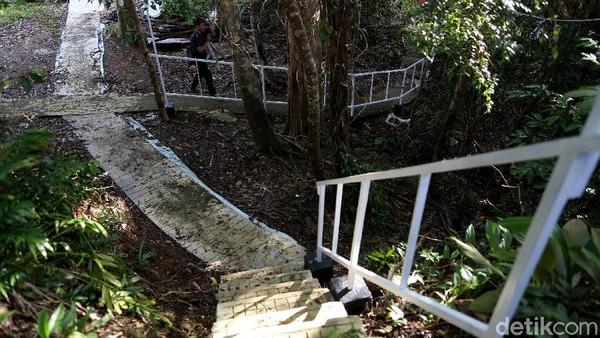 Sesampainya di Batang Lupar, pengunjung bisa menghubungi BUMDes Kampung Baru di kecamatan tersebut. Dari sana anda akan diantar perahu speed boat 15 HP untuk berangkat ke Pulau Sepandan yang biasanya dibanderol Rp 250 ribu untuk satu perahu.