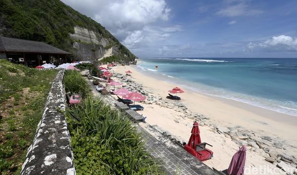 Satu lagi pantai cantik yang ikonik dengan Bali, yaitu Pantai Pandawa. Sesuai dengan namanya, menuju ke Pantai Pandawa kamu akan melewati area tebing karang yang memiliki patung panca Pandawa. ( Muhammad Ridho)