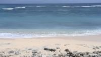 Pasir yang putih dipadu dengan biru air laut menjadi lansekap indah yang ditawarkan di Pantai Pandawa.