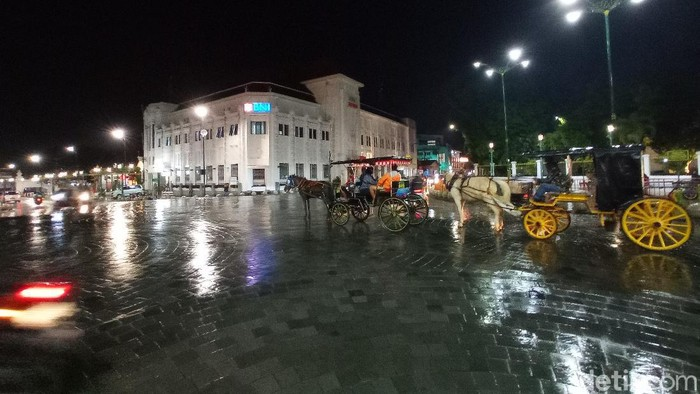 Satpol PP Kota Yogyakarta terpaksa menutup plang nama Jalan Malioboro di ujung utara kawasan Malioboro.