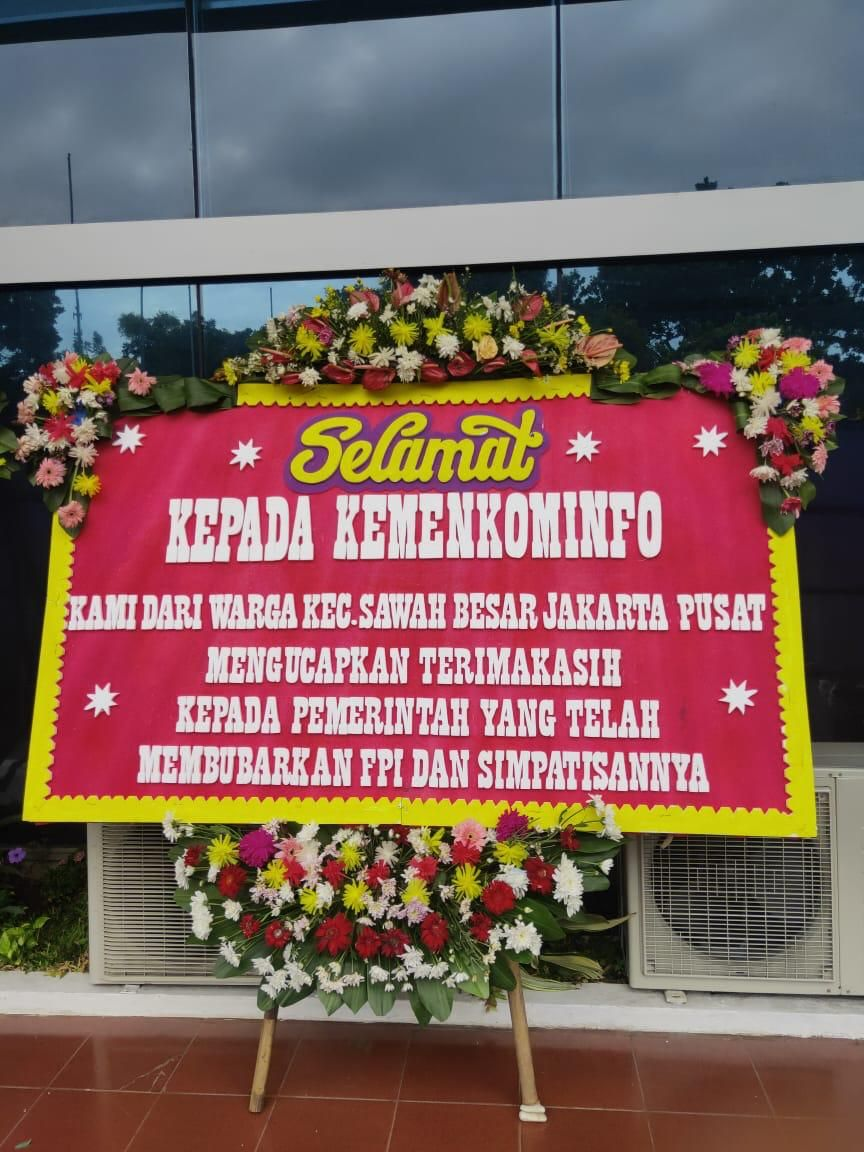 Karangan bunga ucapa selamat pembubaran FPI yang dikirimkan warga ke kantor pusat Kominfo, Jakarta, Kamis (31/12/2020).