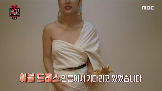 Lee Hyori pakai gaun dari selimut.