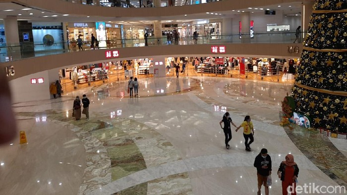 Banyak warga Surabaya yang menyempatkan berburu diskon akhir tahun di tengah pandemi COVID-19. Mereka shopping sampai pukul 20.00 WIB.