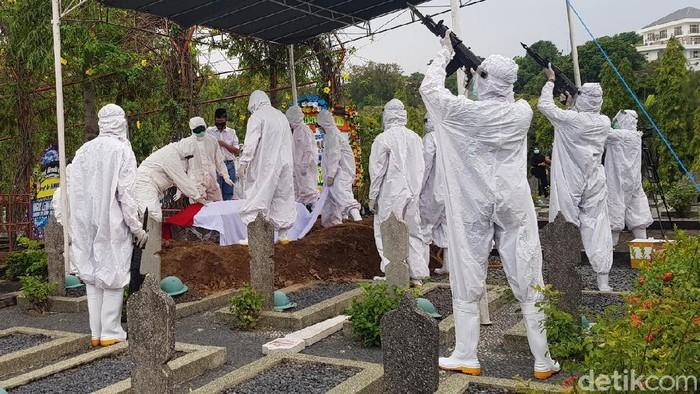 Jenazah mantan Menteri Hukum dan HAM (dulu Menteri Kehakiman) Prof Muladi dimakamkan di Taman Makam Pahlawan (TMP) Giri Tunggal Kota Semarang.