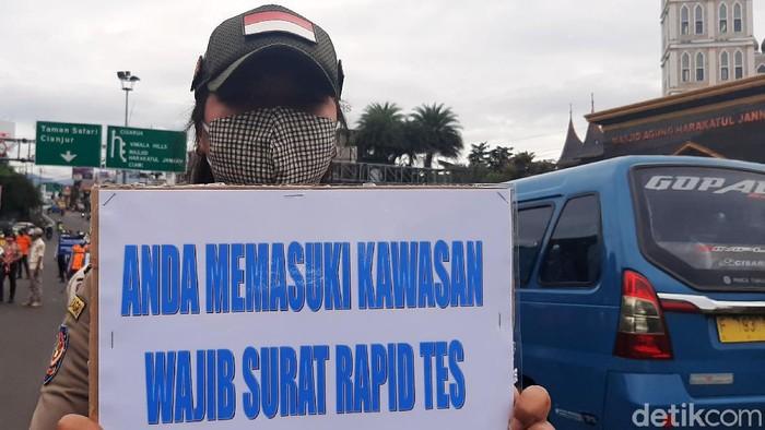 Petugas gabungan TNI, Polri dan Satpol PP beserta Satgas COVID-19 Kabupaten Bogor menggelar operasi pemeriksaan surat hasil rapid test antigen di Simpang Gadog, Bogor, Kamis (31/12/2020).