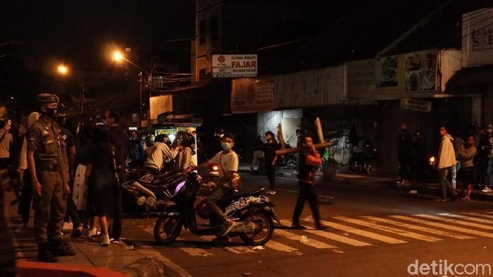 Tak sampai tengah malam, beberapa warga nekat masuk ke area Alun-alun Kota Bandung dari arah Jalan Dalem Kaum. Polis langsung bertindak tegas.