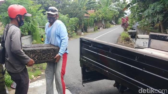 Proses evakuasi batu diduga bagian Candi Sewu yang tergeletak di pinggir jalan di Klaten dievakuasi BCB Jateng, Kamis (31/12/2020)