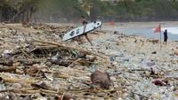 Jelang pergantian tahun baru, obyek wisata Pantai Kuta tampak sepi.