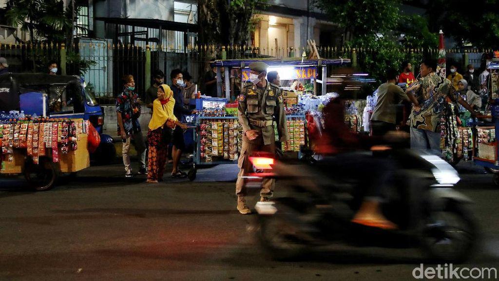 Satpol PP Bubarkan Puluhan PKL di Kota Tua