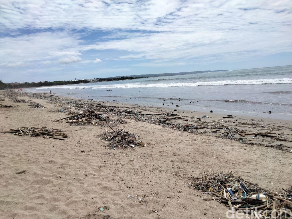Sepanjang Pesisir Pantai Kuta Dipenuhi Sampah