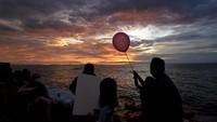 Pantai Ampenan tetap ramai dikunjungi warga menjelang pergantian tahun walaupun pemerintah setempat telah melarang masyarakat melakukan kegiatan yang menimbulkan kerumunan dan merayakan pesta malam pergantian tahun di tengah pandemi COVID-19. ANTARA FOTO/Ahmad Subaidi