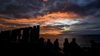 Berbeda lagi dengan masyarakat di Mataram, Lombok, NTB ini. Warga menikmati matahari terbenam (sunset) pada hari terakhir tahun 2020 di Pantai Ampenan, Mataram, NTB, Kamis (31/12/2020). ANTARA FOTO/Ahmad Subaidi