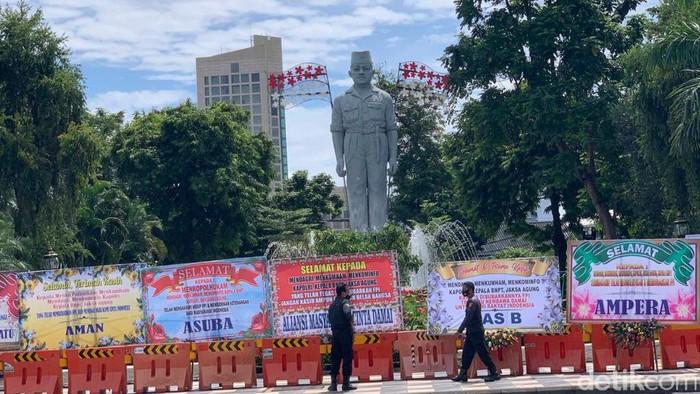 Taman Apsari Surabaya Dibanjiri Karangan Bunga Selamat