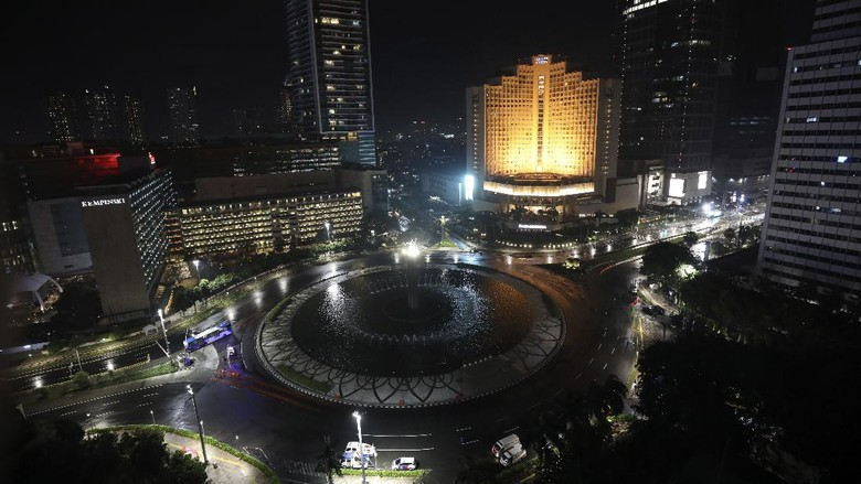 This in an overview of the empty Hotel Indonesia Roundabout, a spot normally crowded with people on New Years Eve, at the main business district in Jakarta, Indonesia, late Thursday, Dec. 31, 2020.  Indonesian government banned celebration events on the New Years eve that could attract crowd to prevent the spread of coronavirus outbreak. (AP Photo/Dita Alangkara)