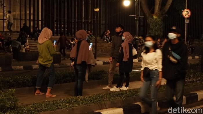 Warga nekat masuk ke kawasan Alun-alun Bandung.