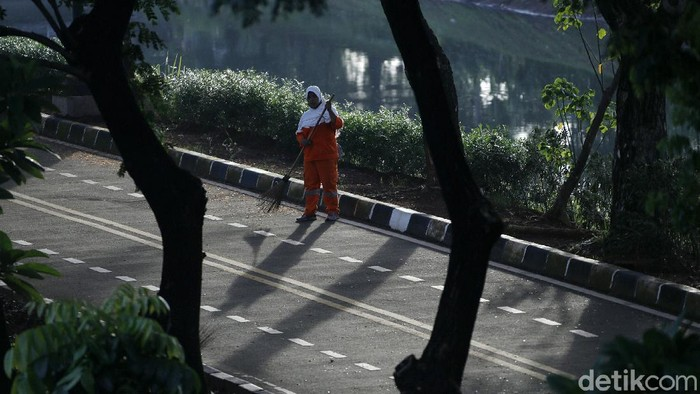 Meski tidak ada perayaan malam pergantian tahun 2021 di Jakarta, pagi ini pasukan oranye tetap bekerja. Mereka membersihkan sampah di sejumlah titik.