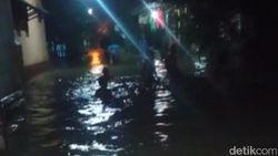 Sejumlah Warga Pasuruan Sambut Tahun Baru di Tengah Kepungan Banjir