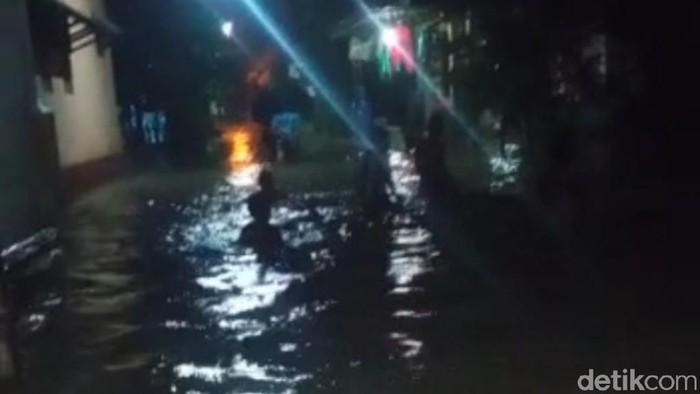 Banjir melanda enam desa di Kabupaten Pasuruan. Warga menghabiskan malam pergantian tahun dalam kondisi perkampungan terendam banjir.