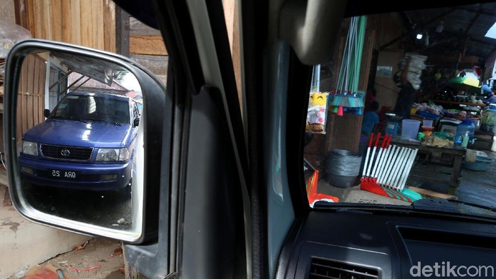 Mobil-mobil berplat nomer Malaysia di daerah perbatasan Indonesia itu bisa lebih banyak peminatnya. Nggak usah heran! Emang begitu adanya.