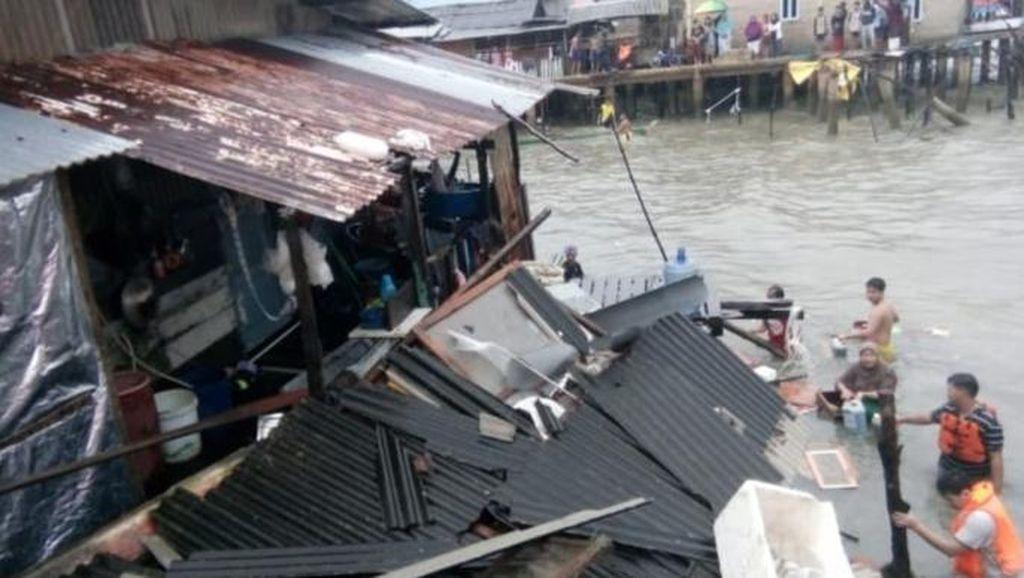 Cuaca Ekstrem, Tongkang Tabrak Rumah Pelantar di Batam
