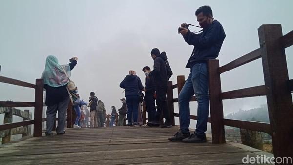 Dari dua obyek wisata tersebut, saat ini jumlah kunjungan wisatawan lebih banyak di Kawah Sikidang. Mengingat saat ini, di obyek wisata tersebut ada jembatan baru sepanjang 1 kilometer.(Uje Hartono/detikcom)