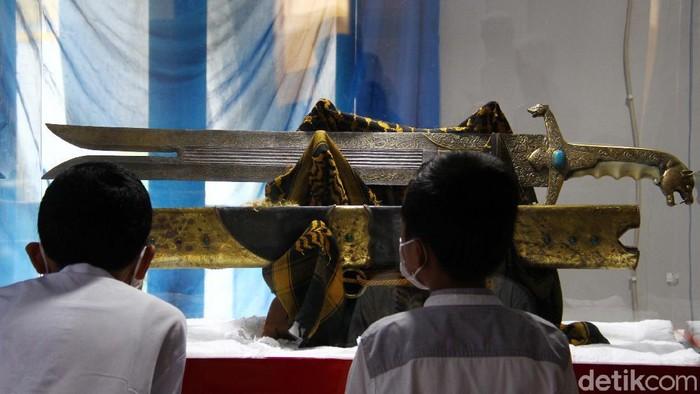 Koleksi artefak berupa pedang Saidina Hussain warisan dari Ali Bin Abi Thalib yang dipamerkan dalam rangka mengenalkan dan mengagungkan semangat dan ajaran Islam dan juga sunnahnya untuk mencintai Nabi Muhammad SAW