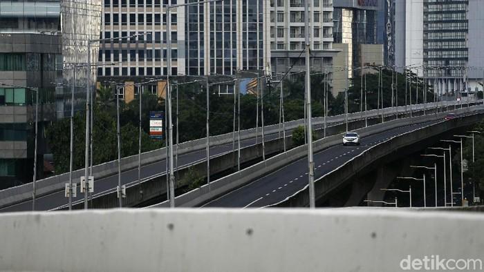 Suasana jalan protokol di Jakarta terlihat lengang saat libur Tahun Baru 2021. Begini potretnya.