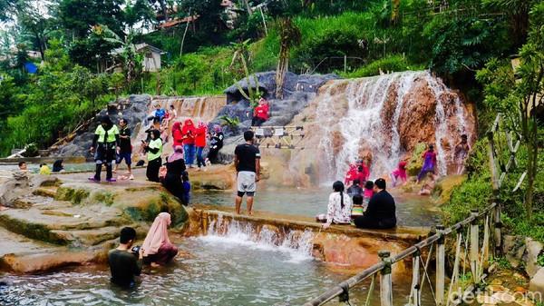 Destinasi wisata alam di Bandung Barat yang juga belum banyak diketahui pengunjung ialah Curug Cipanas. Lokasinya berada di perbatasan antara Kampung Nagrak, Kecamatan Lembang dengan Kampung Kancah, Kecamatan Parongpong, Kabupaten Bandung Barat. (Whisnu Pradana/detikcom)