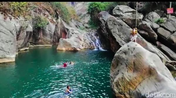 Salah satu destinasi wisata air tersembunyi yang berada di Rajamandala Kulon, Cipatat, Kabupaten Bandung Barat (KBB) adalah Sanghyang Heuleut. Untuk menikmati Sanghyang Heuleut, anda cukup membayar Rp 15 ribu per orang. (Whisnu Pradana/detikTravel)