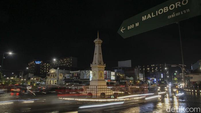 Petugas gabungan dari Kepolisian dan Satuan Polisi Pamong Praja berjaga pada malam pergantian tahun di simpang empat Tugu Pal Putih, Yogyakarta, Kamis (31/12/2020). Pemerintah Daerah Istimewa Yogyakarta (Pemda DIY) menutup tempat wisata saat malam pergantian tahun. Penutupan itu menyasar empat kabupaten di DIY. Penutupan itu tertuang dalam surat nomor 443/03734 tentang penutupan objek wisata pada malam pergantian tahun baru. Surat tertanggal 31 Desember yang diteken Sekda DIY Kadarmanta Baskara Aji ini ditujukan ke Bupati Sleman, Bupati Bantul, Bupati Gunungkidul dan Bupati Kulonprogo. detikcom/Pius Erlangga