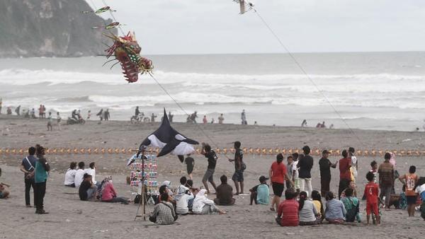 Sejumlah wisatawan mengunjungi objek wisata Pantai Parangkusumo di Bantul, DI Yogyakarta, Jumat (1/1/2021).